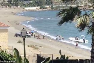 Банда контрабандистов в Испании штурмовала пляж, переправляя мешки с наркотиками из катера на берег
