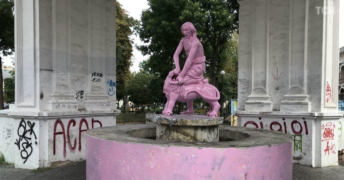 голый парень в фонтане эротического