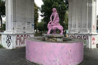 """В Киеве поймали парней, которые покрасили фонтан """"Самсон"""" в розовый цвет"""