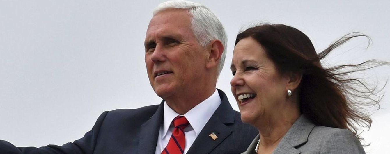 В сером костюме и с серебристыми украшениями: деловой образ похудевшей жены вице-президента США