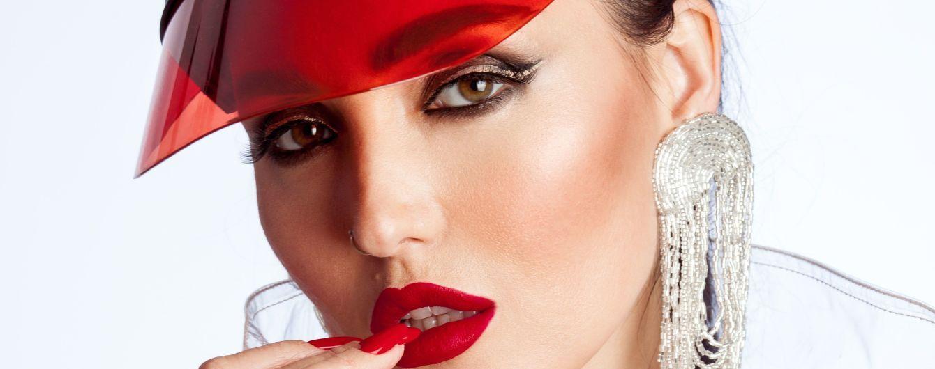 С красивым макияжем и в прозрачном плаще: эффектная Анна Добрыднева представила песню-ностальгию