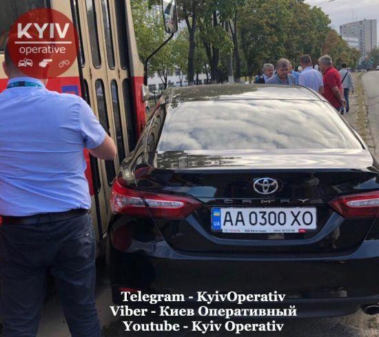 У Києві Toyota влетіла у трамвай