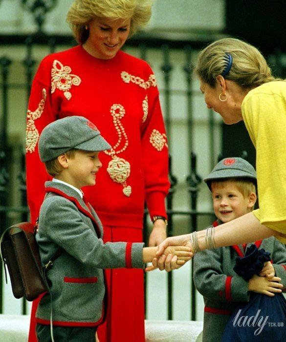 Принцесса Диана с сыновьями Уильямом и Гарри в школе_4