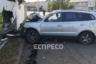 В Киеве неуправляемый Hyundai разнес забор завода: есть пострадавшие