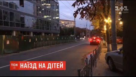 В центре Киева на пешеходном переходе двое детей попали под колеса машины.