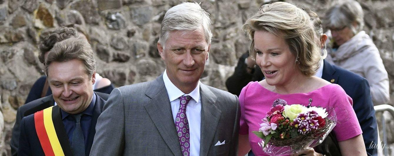 Какая яркая: королева Матильда в платье цвета фуксии и серых лодочках вышла в свет