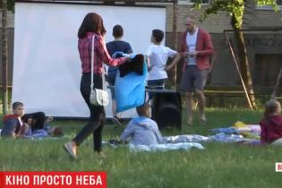Вытащить детей со смартфонов: на Виннитчине мужчина обустроил кинотеатр во дворе многоэтажки