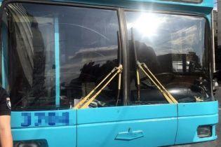 У Києві невідомий відкрив стрілянину у тролейбусі: двоє чоловіків у лікарні