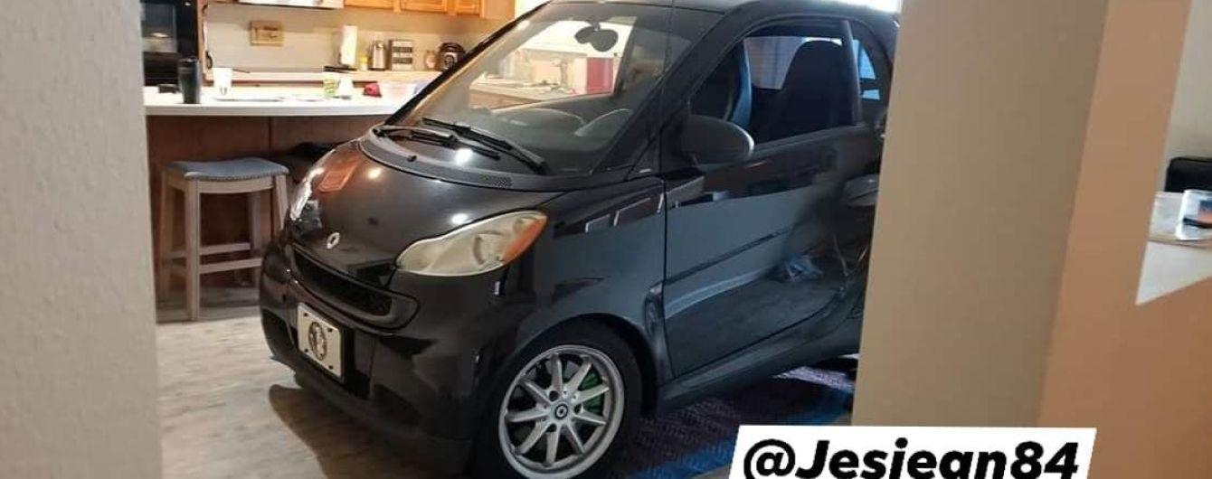 """Американец спрятал машину от урагана """"Дориан"""" на собственной кухне"""