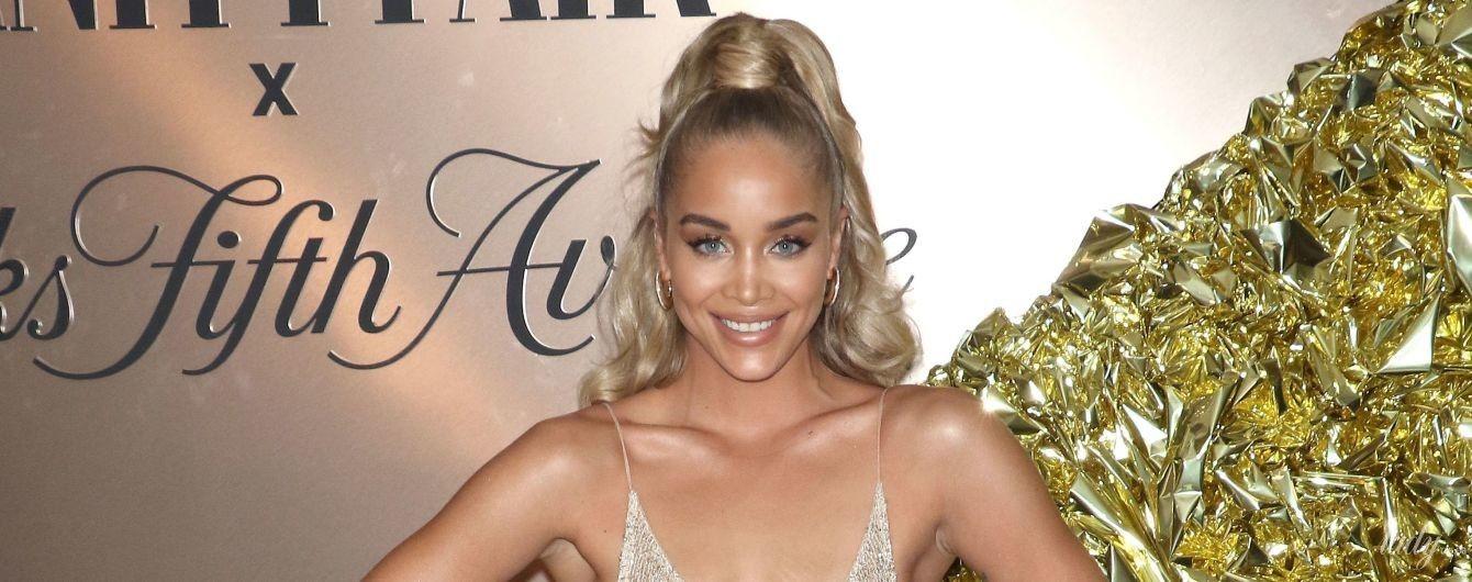 Это провал: модель Жасмин Сандерс подчеркнула растяжки на груди прозрачным платьем-сеткой