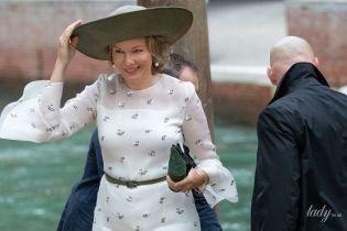 В нежном образе и с аксессуарами цвета оливки: королева Матильда приехала в Венецию
