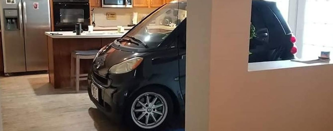 """Американец загнал Smart на кухню, чтобы уберечь от урагана """"Дориан"""""""