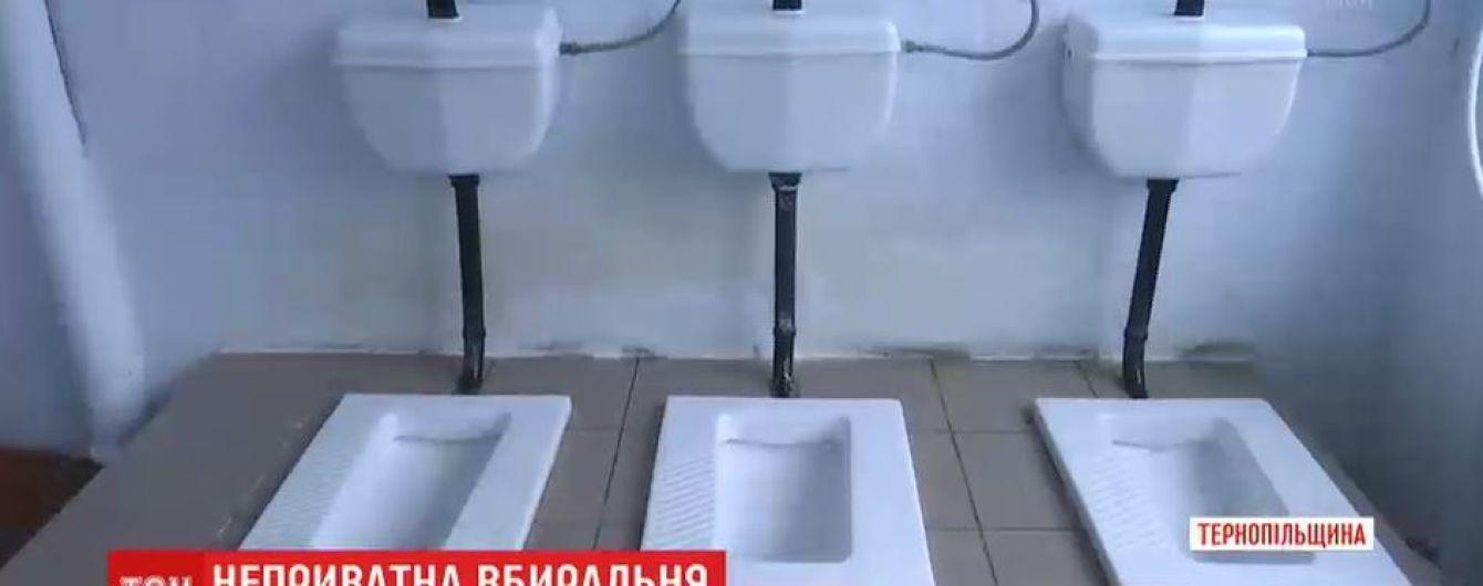 Туалети без перегородок і завгосп замість дзвоника – батьків обурила школа на Тернопільщині