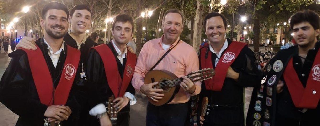 Пресловутый Кевин Спейси устроил импровизированный концерт прямо посреди улицы
