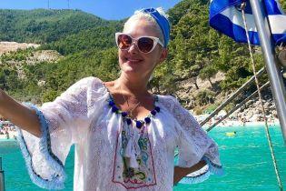 Греческие каникулы продолжаются: Екатерина Бужинская в пестрой мини-юбке покаталась на яхте