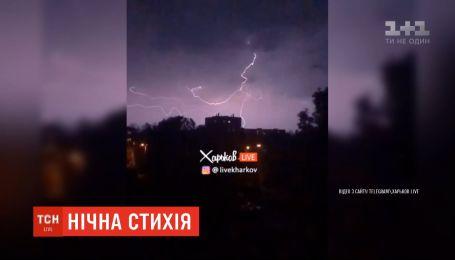 Ураган наделал убытков в Харькове: повреждены авто, заборы и бигборды