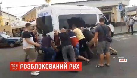 Водіям і пасажирам довелось розгойдувати полишений автобус у Харкові, аби розблокувати дорогу