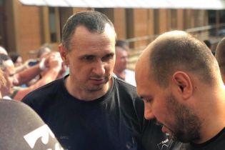 Сенцов уехал из больницы и пообещал вскоре вернуться в фейсбук