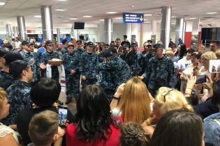 """Звільнених моряків нагородили просто в аеропорту """"Бориспіль"""""""