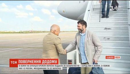 Напівпорожній аеродром та пропагандисти: як зустрічали звільнених у межах обміну в Росії