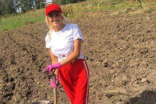 Ирина Федишин показала, как в стильном наряде картошку выкапывала