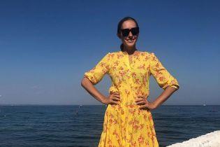 Женственная Екатерина Осадчая похвасталась стройными ножками на фоне моря