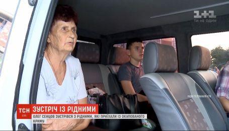 На второй день после освобождения Олег Сенцов смог встретиться с родными