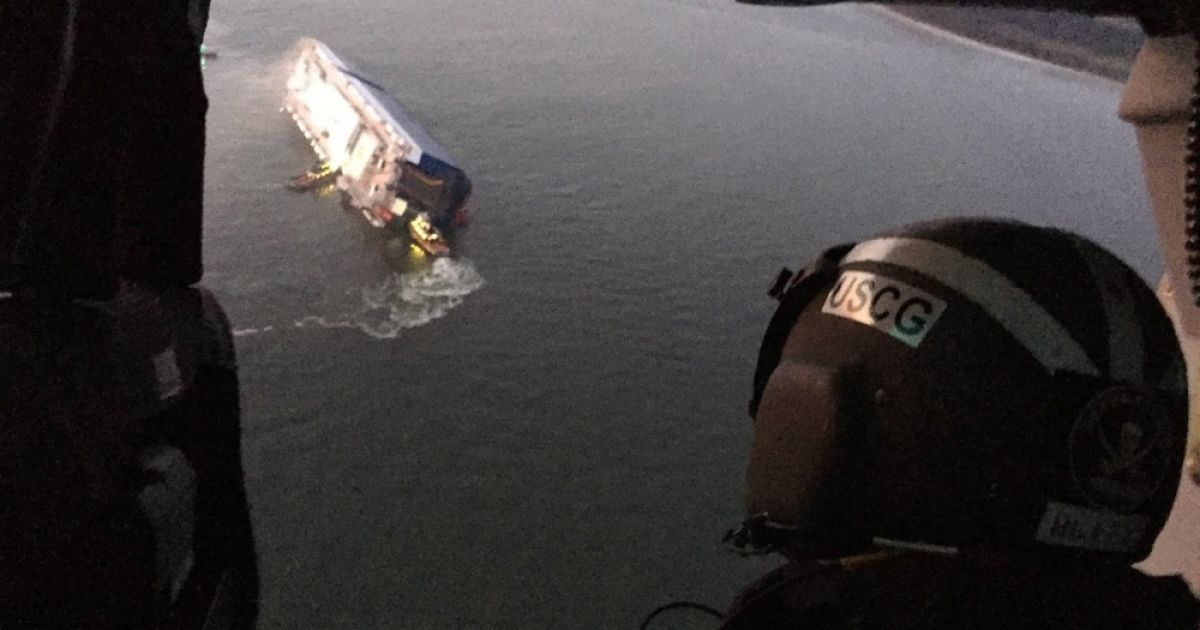 Cотрудники экстренных служб  освободили всех людей изперевернувшегося уберегов США судна