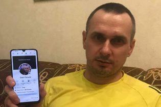 """""""Не верит даже администрация Facebook"""". Сенцов на фото показал свою единственную страницу в соцсетях"""
