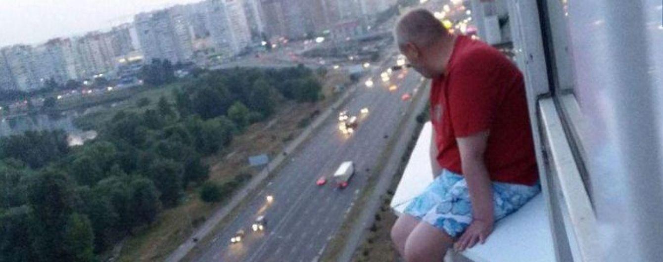 У Києві патрульний розповідями про службу врятував чоловіка, який хотів стрибнути з 17 поверху
