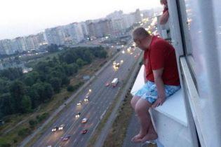 В Киеве патрульный рассказами о службе спас мужчину, который хотел прыгнуть с 17 этажа