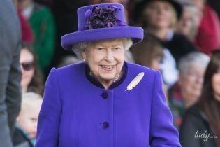 Вся в ультрамарине и с пером на груди: яркий выход королевы Елизаветы II на спортивных соревнованиях