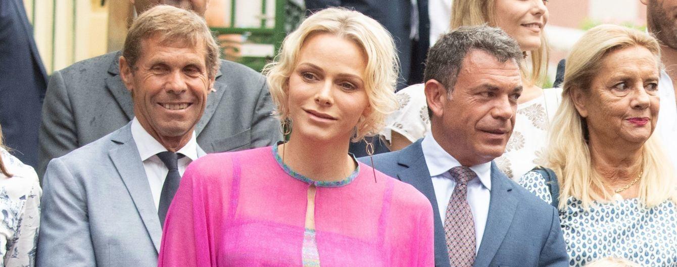 В розовом балахоне: красивая княгиня Шарлин с детьми и мужем на празднике в Монако