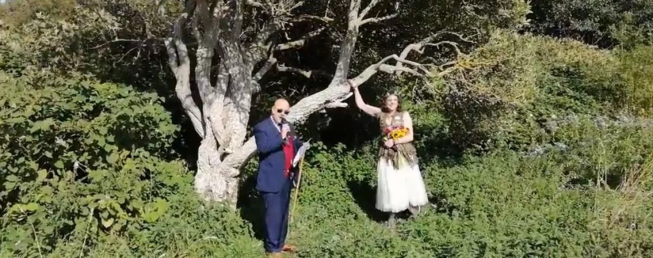 Британка вышла замуж за дерево и изменит фамилию на его название