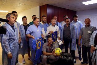 Футболисты и тренеры сборной Украины навестили бойцов в военном госпитале в Днепре