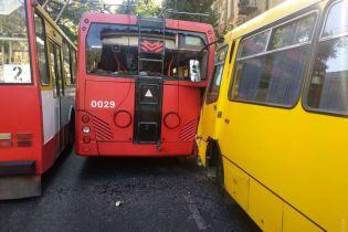 В центре Одессы маршрутка протаранила троллейбус, есть пострадавшие