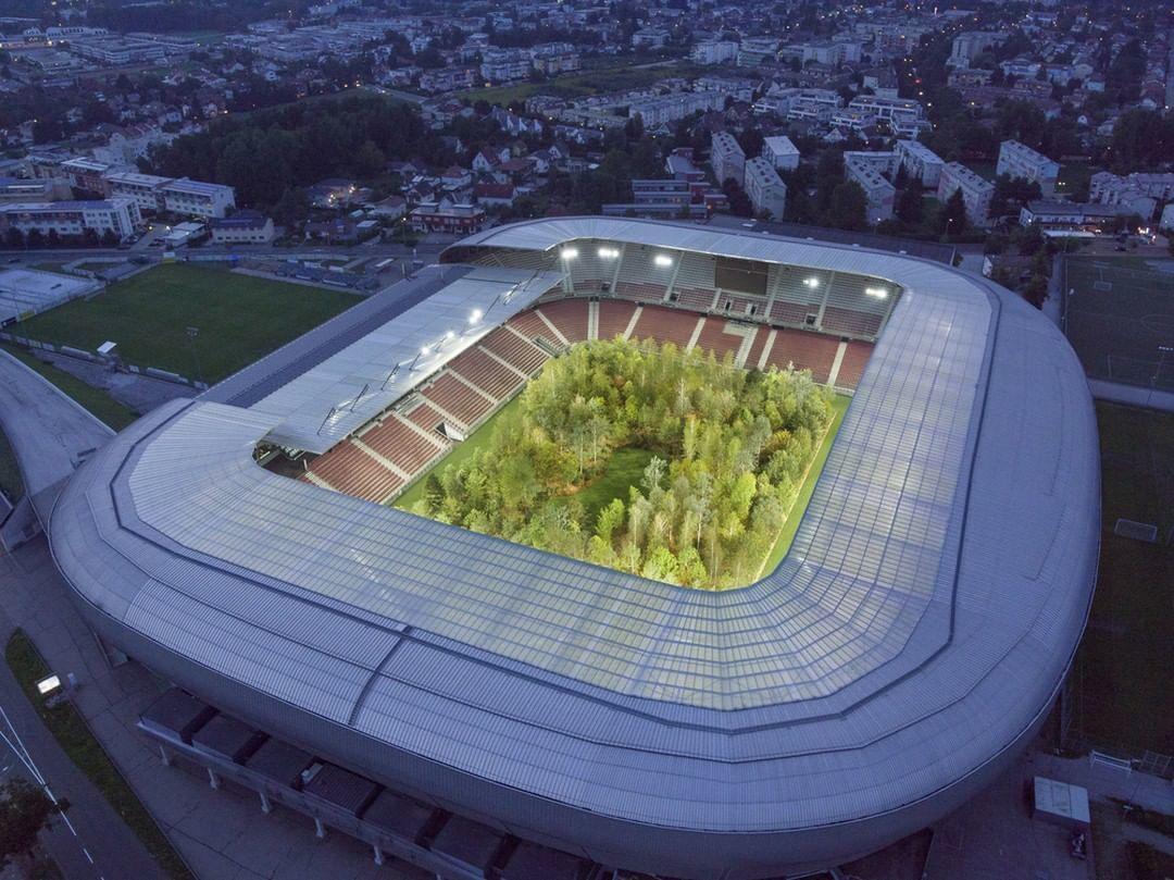 інсталіція Клауса Літтманна ліс на стадіоні_7