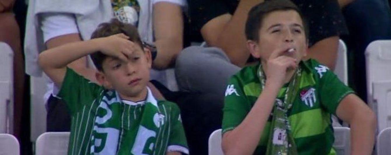 Казус в Турции. Во время матча заметили мальчика с сигаретой, но он оказался 36-летним мужчиной