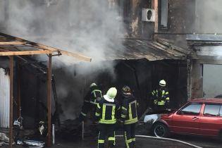 """В Киеве возле """"Олимпийской"""" масштабно горели гаражи"""