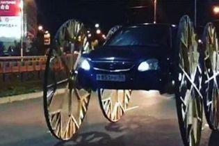 """Российского блогера оштрафовали за огромные каретные колеса на его """"Жигулях"""". Видео"""