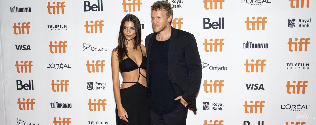 У відвертій сукні і обіймах чоловіка: Емілі Ратаковскі на фестивалі в Торонто