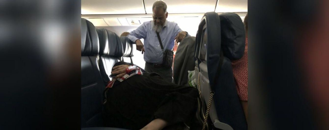 В самолете сняли мужчину, который провел полет стоя ради спокойного сна жены
