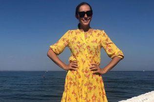 В ярком платье с цветочным принтом: Катя Осадчая позировала на набережной в Одессе