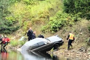 В Канаде мальчик случайно нашел машину в озере и раскрыл дело 27-летней давности