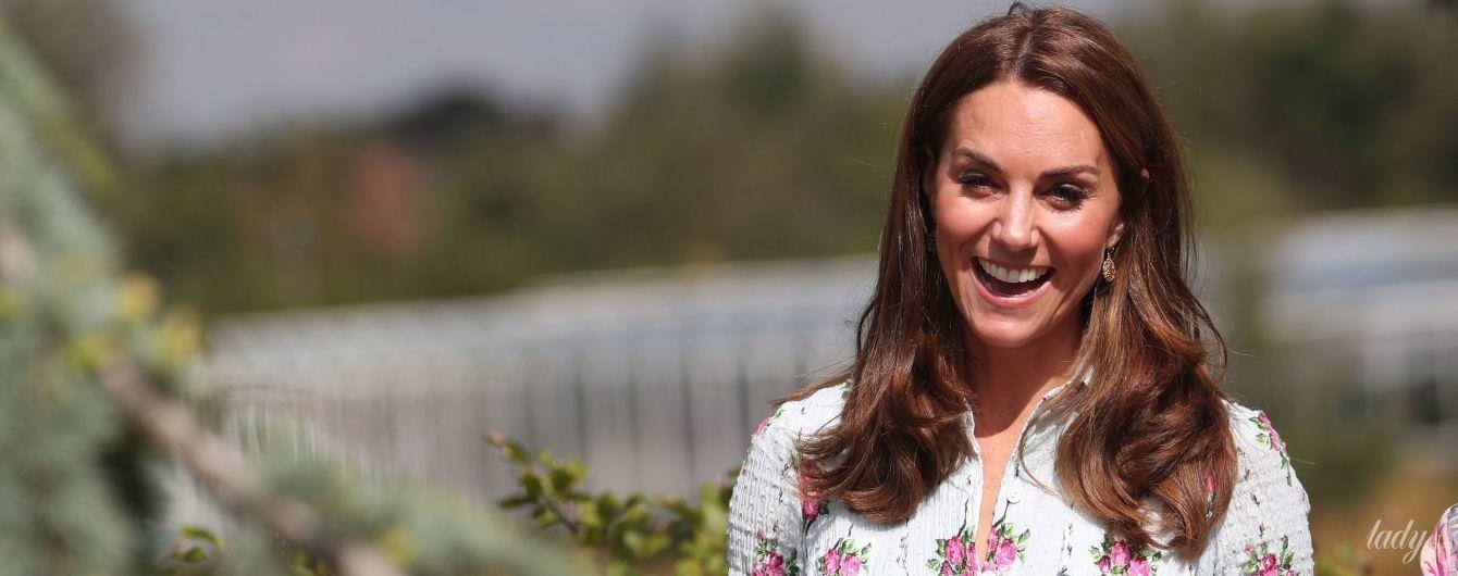 Ах, какая красивая: герцогиня Кембриджская в нежном цветочном платье приехала в сад