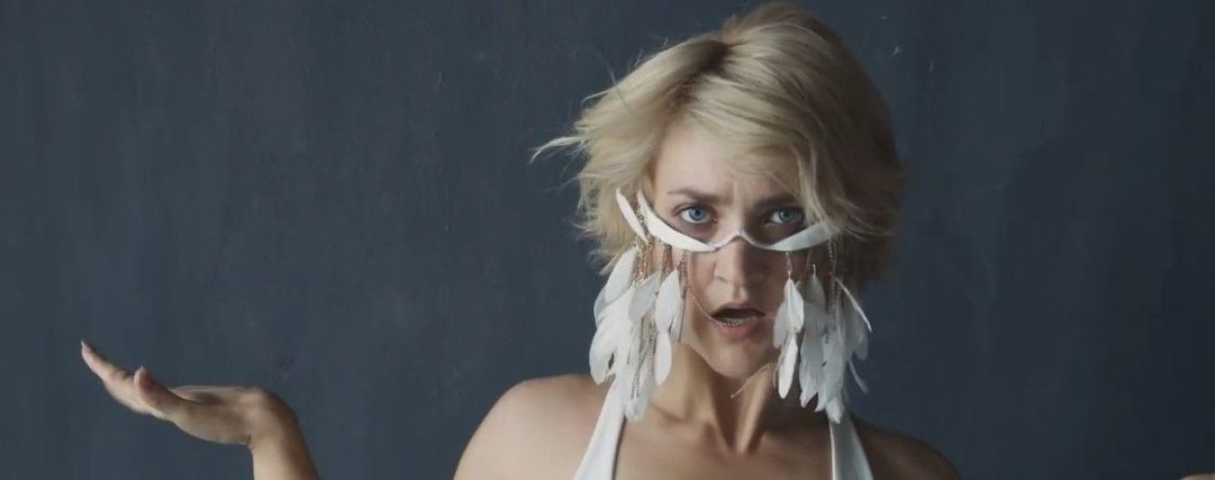 VERA KEKELIA в эпатажной маске с перьями представила новую песню