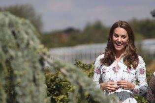 Женственная Кейт Миддлтон в нежном платье удивила своим появлением на фестивале в саду