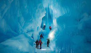 Українські полярники знайшли в Антарктиді 3-поверхову льодову печеру з озерами та річкою