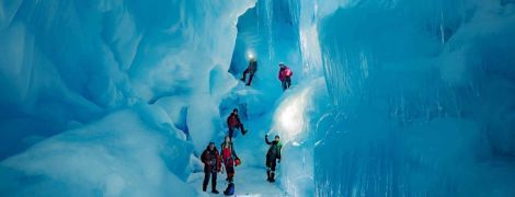 Украинские полярники нашли в Антарктиде 3-этажную ледяную пещеру с озерами и рекой