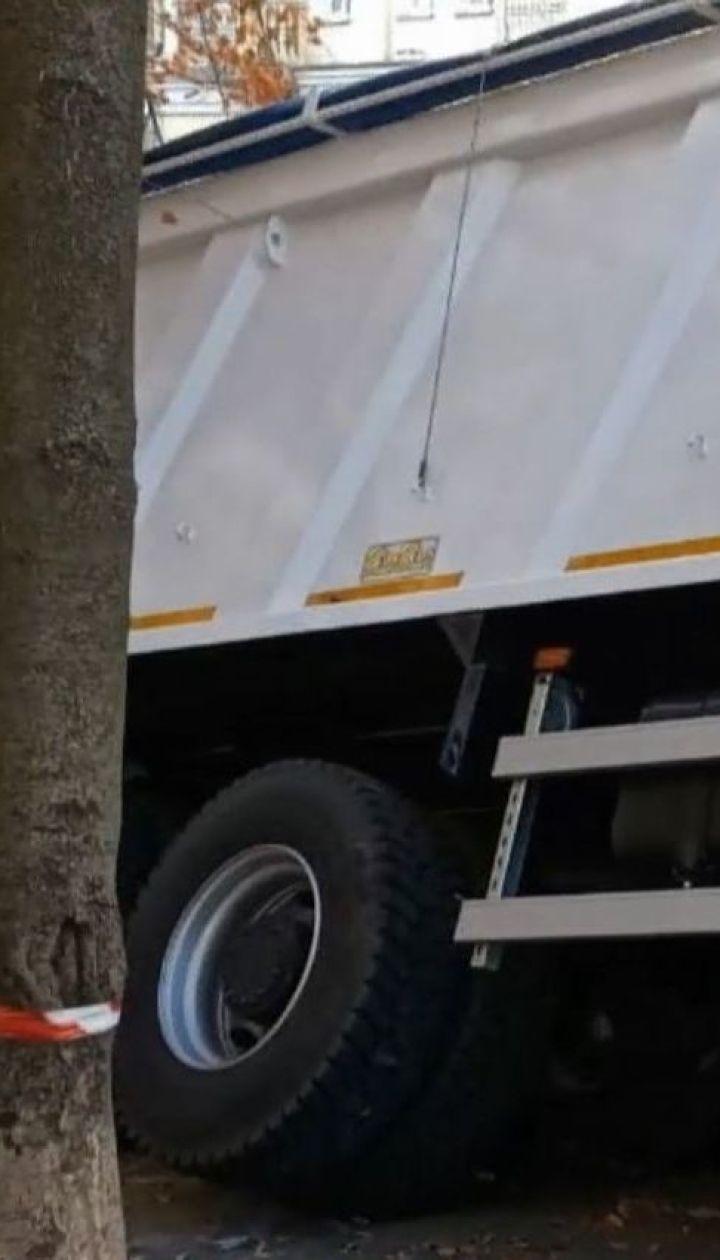 Біля офісу президента під асфальт провалилась вантажівка